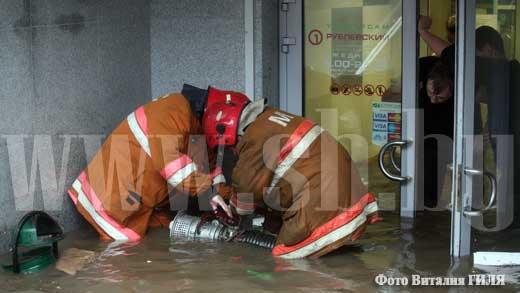 Сотрудники МЧС откачивают воду из магазина