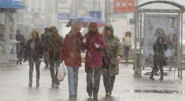люди под дождем в городе