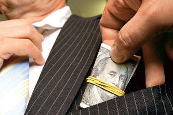 рука кладет доллары в карман