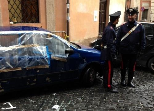 разбитая взрывом машина в Ватикане и итальянские полицейские