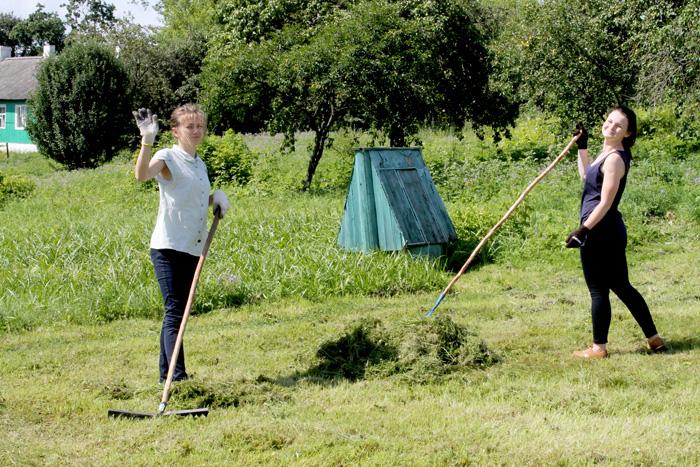 В Ружанах работает международный волонтерский лагерь
