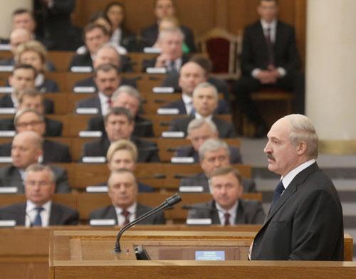 Александр Лукашенко, обращаясь 22 апреля с Посланием к белорусскому народу и Национальному собранию, сообщил, что в Беларуси планируется повысить зарплату госслужащим