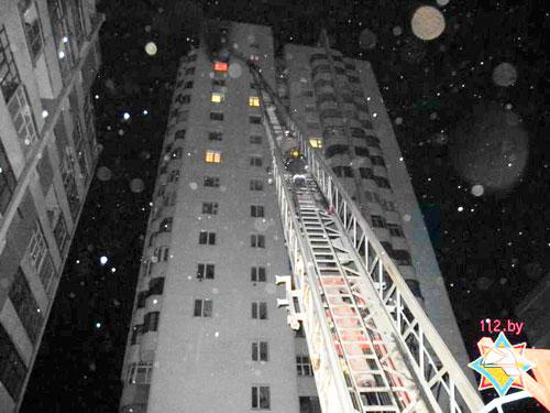 Сообщение о пожаре в квартире на 16-м этаже в Гомеле (по проспекту Речицкому) поступило в МЧС 24 апреля в 21.11 от диспетчера скорой помощи