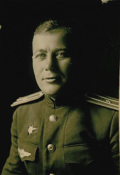гвардии майор Евгений Новицкий, начальник парашютно-десантной службы 7-го гвардейского штурмового авиационного полка 9-й штурмовой авиационной дивизии Военно-воздушных сил Балтийского флота