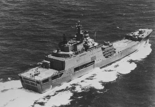 Большой десантный корабль «Иван Рогов» с вертолетом на кормовой взлетно-посадочной палубе