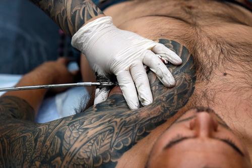 В Гродненской области 48 человек заразились гепатитом в салонах маникюра и тату
