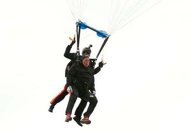 Джордж Буш отметил 90-летие прыжком с парашютом (видео)