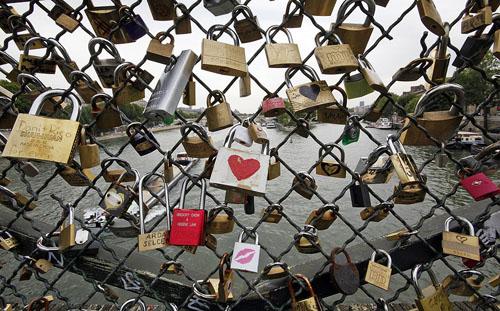 В Париже под тяжестью «замков любви» обрушилась часть моста Искусств