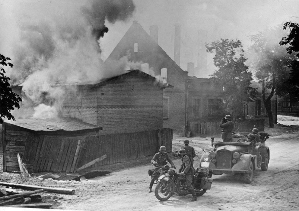 немцы в сожженной деревне