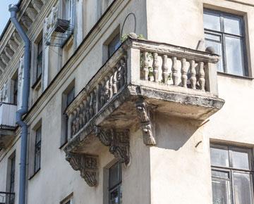 С фасадов сбивают декоративные элементы и превращают некогда роскошные дома в обыкновенные коробки