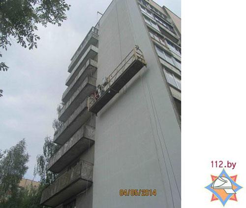 В Гродно спасатели сняли детей из висящего на высоте строительного подъемника