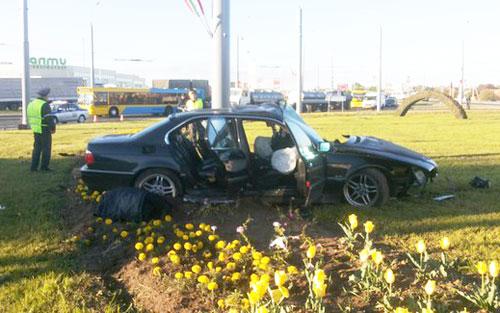 В Гродно BMW налетел на мачту освещения: водитель-бесправник погиб на месте