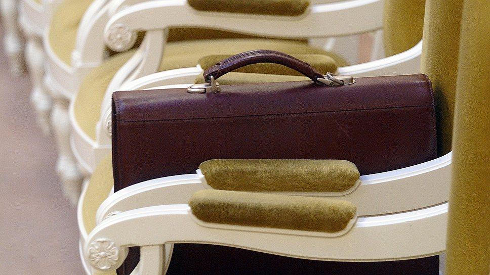 портфель на стуле