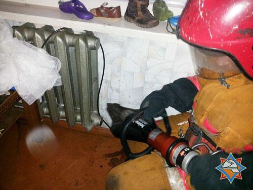Днем 6 февраля спасателям Светлогорска поступил звонок от мамы 3-летнего ребенка: мальчик засунул колено правой ноги между секциями батареи отопления и застрял