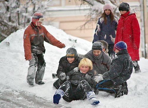 дети в мороз катаются с горки