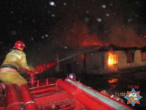 огда пять пожарных расчетов прибыли к месту вызова, строение было полностью охвачено огнем, кровля обрушилась