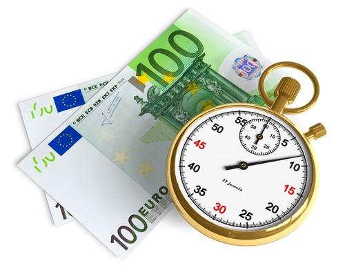 две банкноты по 100 евро и секундомер