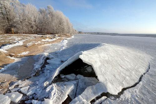Вечером в воскресенье, 9 февраля, на озере Белом в Березовском районе Брестской области провалились под лед два рыбака: 63 лет и 39 лет