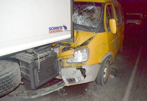 Маршрутка с 13-ю пассажирами в Бресте (улица Катин Бор) столкнулась вечером в субботу, 15 февраля, с припаркованной фурой