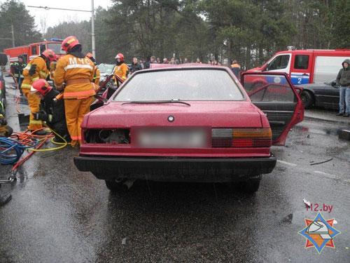 Ближе к полудню 31 марта в Гомеле (на пересечении улиц Лазурная и Объездная) произошло лобовое столкновение автомобилей Audi и Renault Laguna, водителю одного из транспортных средств требовалась помощь по деблокировке из салона