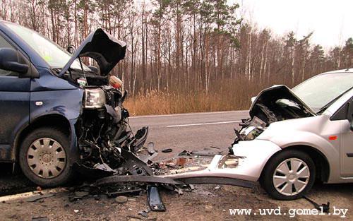 Столкновение автомобилей «Форд Фиеста» и «Фольксваген Каравелла» произошло днем 4 марта на автодороге «граница РФ - Гомель - Кобрин»