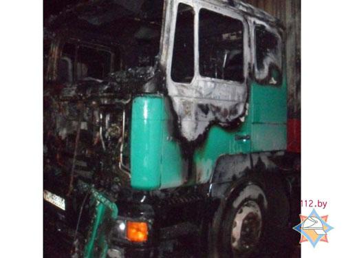 Вечером 4 марта в Заславле (улица Загородная) на открытой стоянке загорелся седельный тягач «МАЗ-МАН», груженый 70 куб. метрами пенопласта