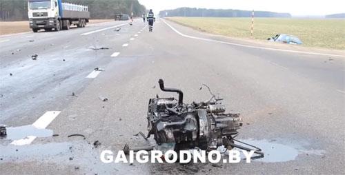 Два автомобиля Volkswagen столкнулись 5 марта на 148-м километре дороги Минск – Гродно, в результате микроавтобус Crafter более 100 метров пролетел по встречной полосе на правом боку, а у Golf вырвало двигатель