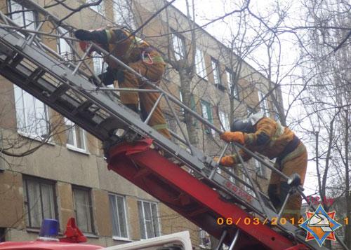 Двое детей 9 и 3 лет были эвакуированы спасателями при помощи автолестницы во время пожара в пятиэтажном жилом доме в Могилеве