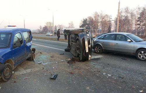 Серьезная авария произошла в 7 часов утра в Бресте (на перекрестке проспекта Республики и улицы Октябрьской), в результате столкновения один из автомобилей перевернулся