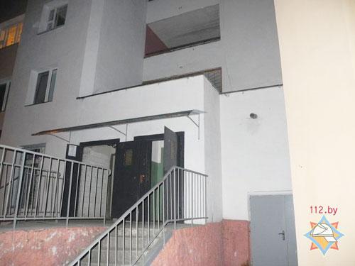 В Гомеле (по улице Советской) вечером 24 марта мужчина упал на козырек подъезда 12-этажного дома с общего балкона на 3-м этаже, потребовалась помощь спасателей