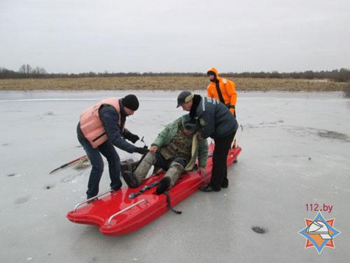В Петрикове спасатели помогли добраться до берега травмированному рыбаку