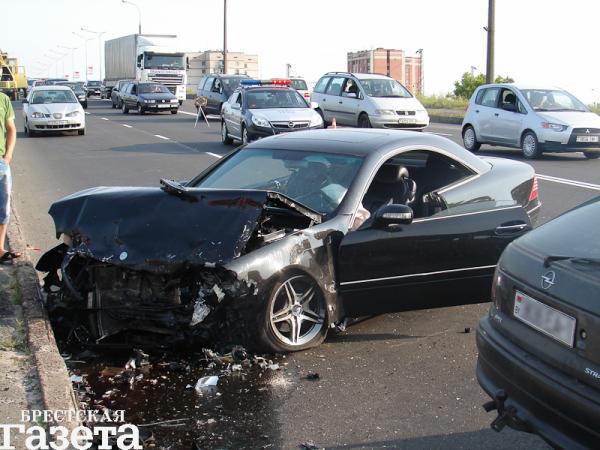 В Бресте 25-летний водитель автомобиля «Опель», столкнулся с двигавшимся в попутном направлении автомобилем «ДАФ»