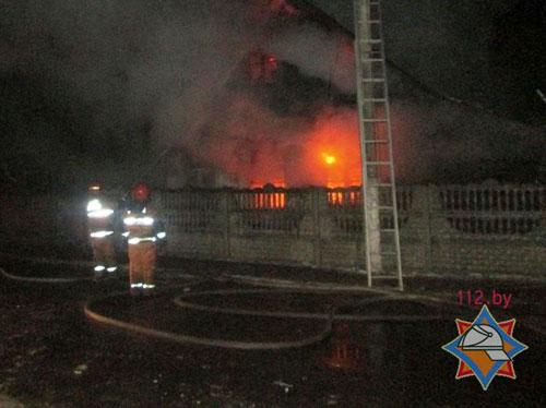 Ночью 27 января загорелся жилой дом по улице Жодинская в Смолевичах, 67-летнюю хозяйку разбудил котенок, и она покинула горящий дом до приезда спасателей