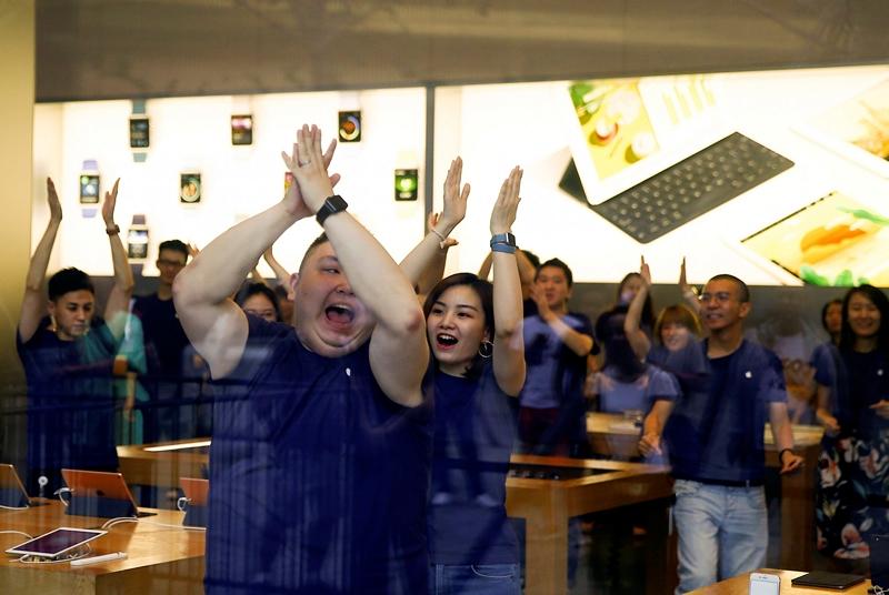 Первое место вочереди зановым iPhone стоит 2,5 тысячи долларов
