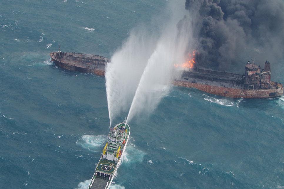 Горящий нефтяной танкер вынесло кберегам Японии