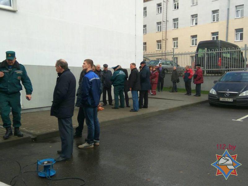 МЧС: ВМинске изадминистративного здания эвакуировали 200 человек