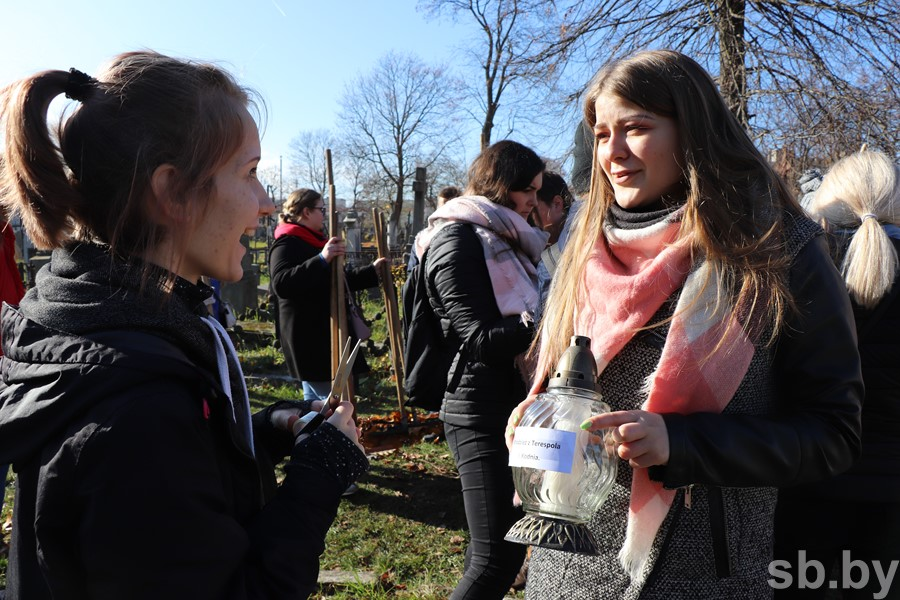 Молодежь из Беларуси и Польши навела порядок на старинном католическом кладбище Бреста