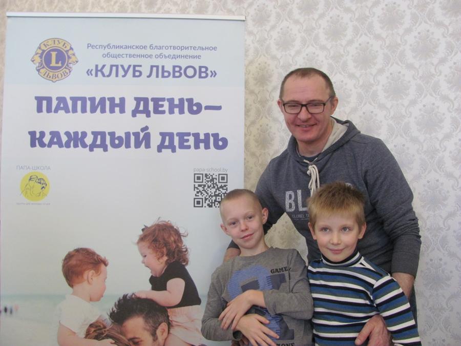 В Борисове прошел фестиваль причесок. Папы стригли сыновей и заплетали дочек 2