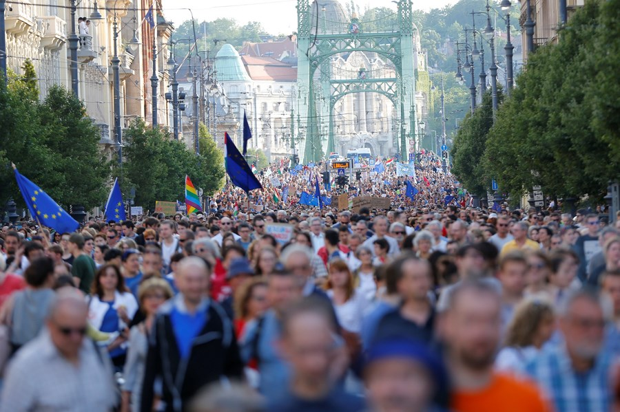 ВВенгрии несколько тыс. человек вышли намарш протеста