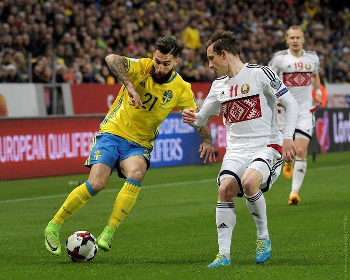 Вратарь сборной Беларуси пропустил пущенный слинии штрафной мяч между ног