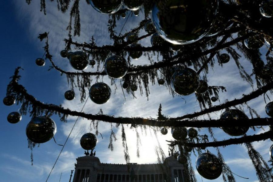 «Метафора умирающего Рима»: граждане итальянской столицы высмеяли рождественскую «лысую» елку