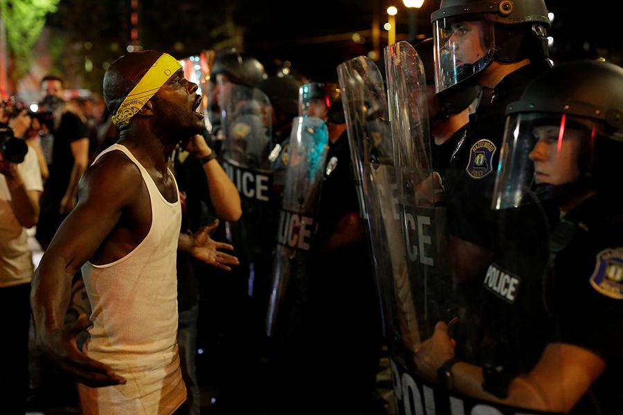 Протестующие сломали челюсть полицейскому вСент-Луисе