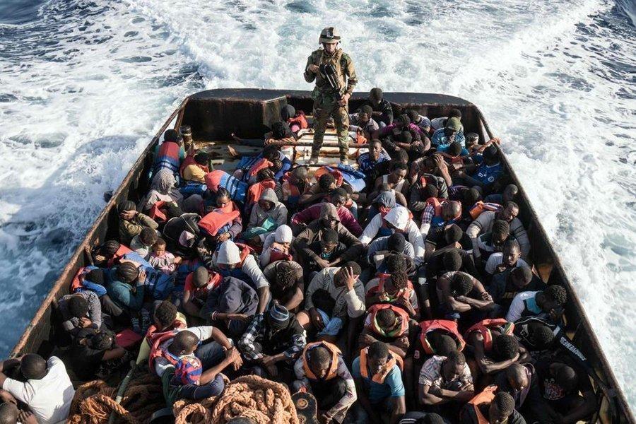 Итальянское судно вернуло спасенных беженцев обратно вЛивию