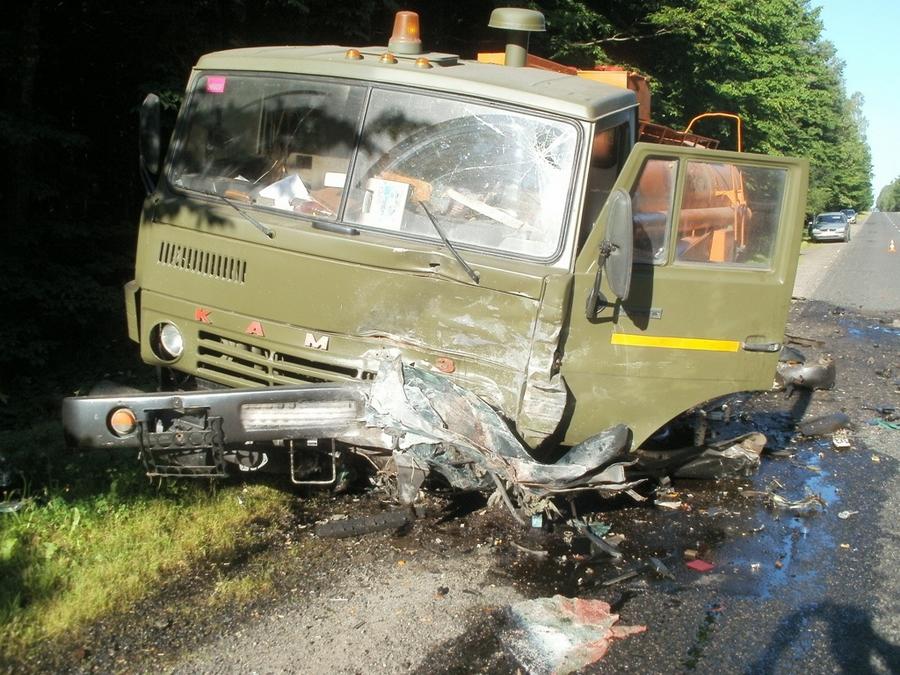 Мазда врезалась вКаМАЗ под Копылем: умер молодой шофёр
