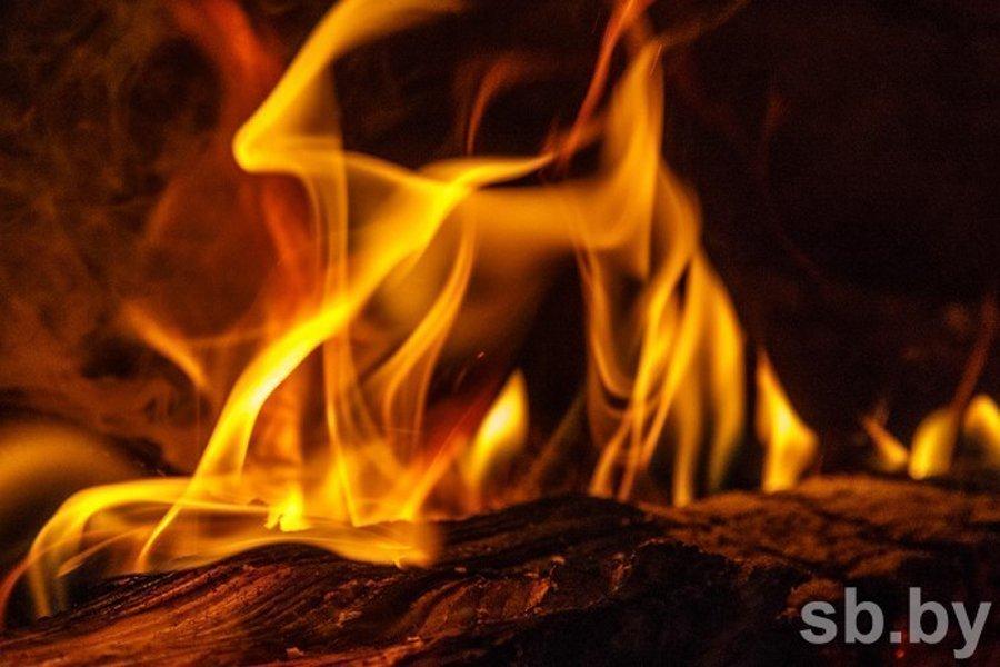 В Кобринском районе на пожаре погиб человек, в Барановичах хозяина горевшей квартиры спасли