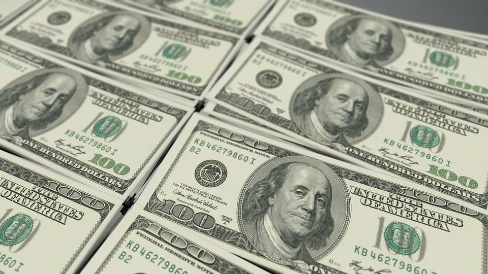 Доллар стал дороже, аевро— дешевле
