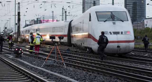 ВГермании скоростной  поезд столкнулся скабанами