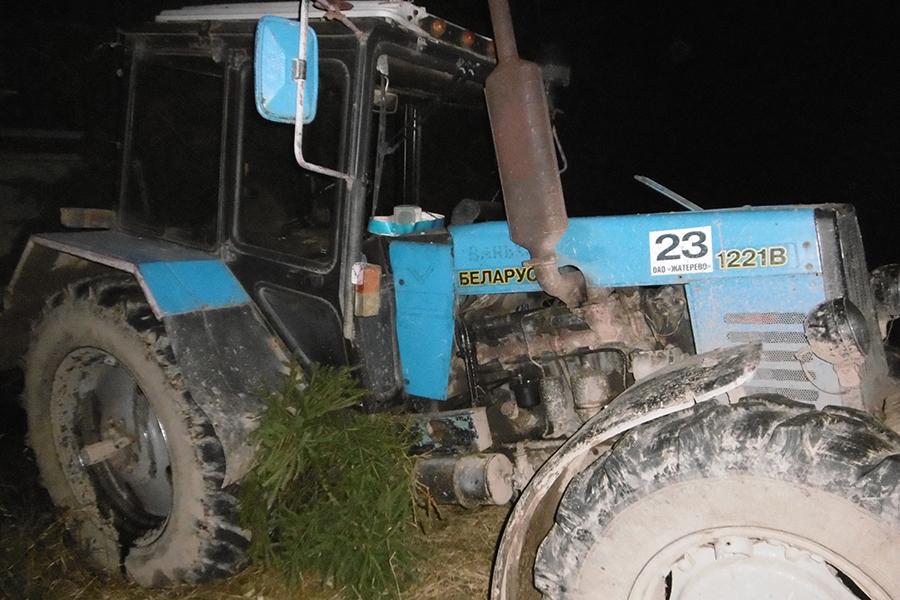ВСтолбцовском районе микроавтобус столкнулся страктором, умер пассажир