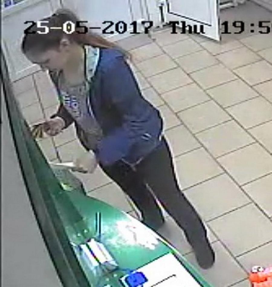 ВМинске женщина достала измусорки 100 долларов— ее сейчас ищет полиция