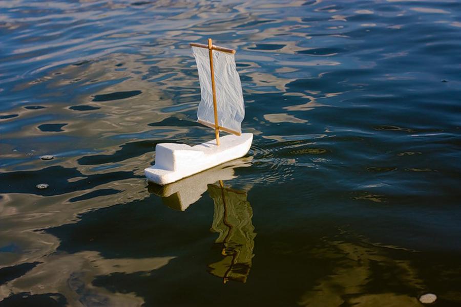 Картинка плывет кораблик по ручейкам